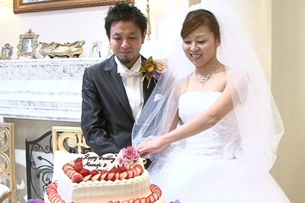 ケーキ入刀、沢山のフラッシュに包まれて芸能人気分