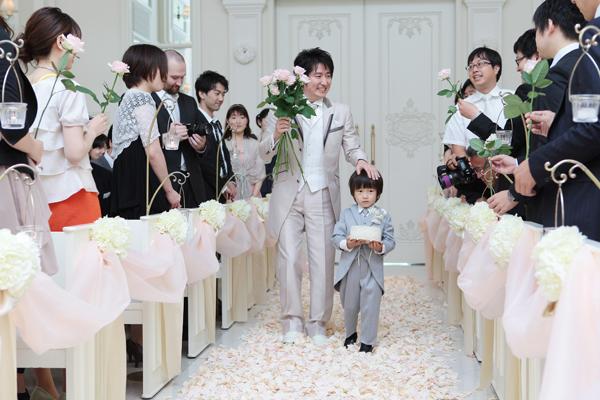 可愛いリングボーイ(いとこの息子)と一緒に、みんなからバラを貰って祝福されました!