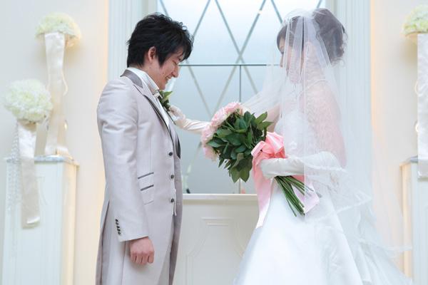 ブーケ・ブートニアのセレモニー。プロポーズに対するOKの答えとして、バラを一輪、新郎の胸に♪
