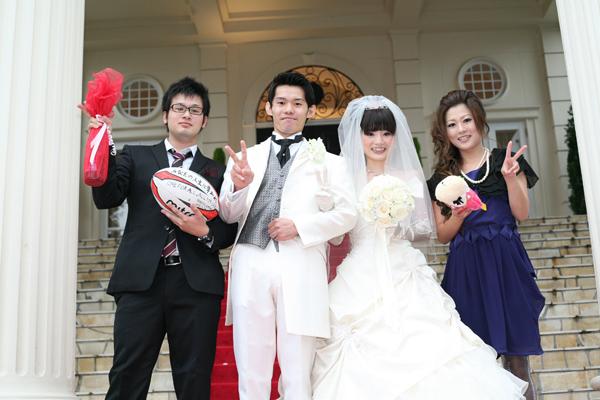 新郎は友人向けにラグビートスでお酒のプレゼント。新婦は既婚者向けに大好きなカピバラさんトス!