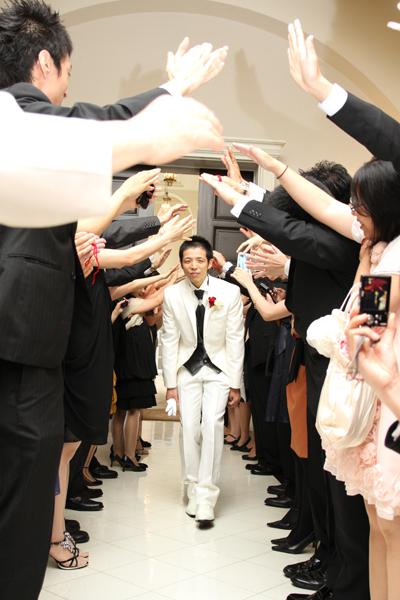 友人中心の結婚式☆新郎入場はみんなにアーチを作ってもらいました
