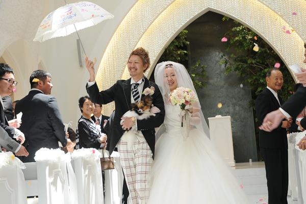 誓いの傘を相合傘にして、ナナイロ(7月16日)のレインボーカラーでのフラワーシャワー