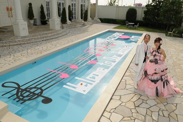 プールを使った手作りウェルカムボード装飾とこだわりのカラードレス