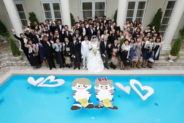 キャラクターを浮かべたプールでの全員集合写真