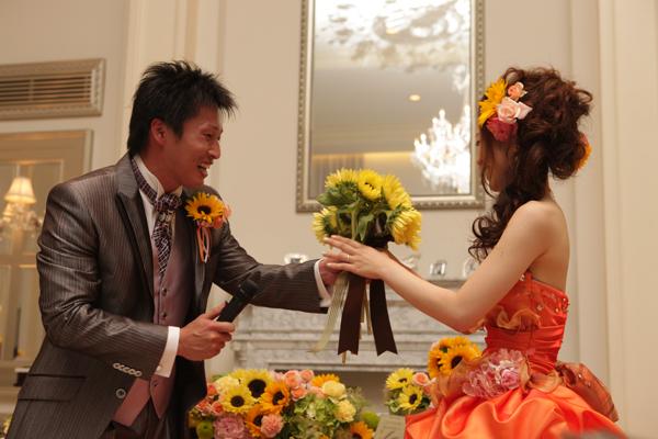 各テーブルのゲストから一輪ずつもらったひまわりの花束で二度目のプロポーズ一緒に幸せになってくれるかな?'いいとも‐'