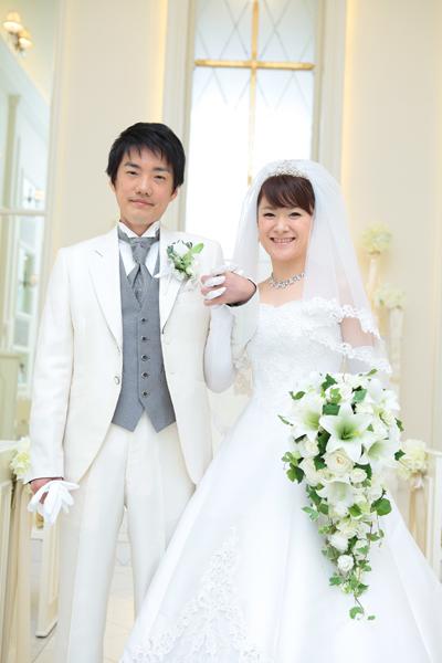 真っ白なチャペルの中でも栄える純白のウエディングドレス♡オフホワイトのドレスが多い中、あえて純白にこだわりました。