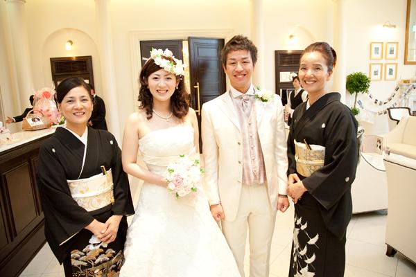 お色直しは、新郎新婦ともに母と。ブーケ、花冠、ブートニアは新郎母の手作りのブリザードフラワー。