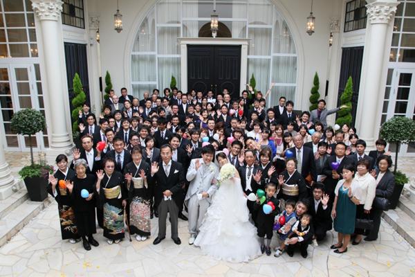挙式後、大好きなみんなに囲まれて写真撮影