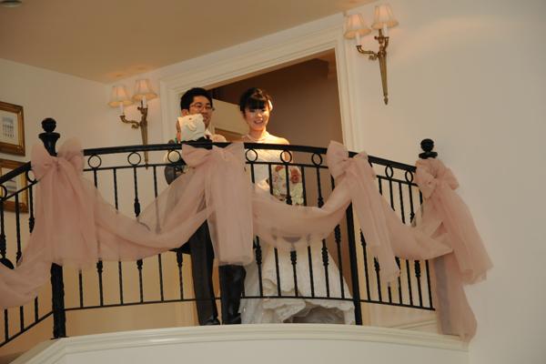 披露宴の最初は階段上から入場。