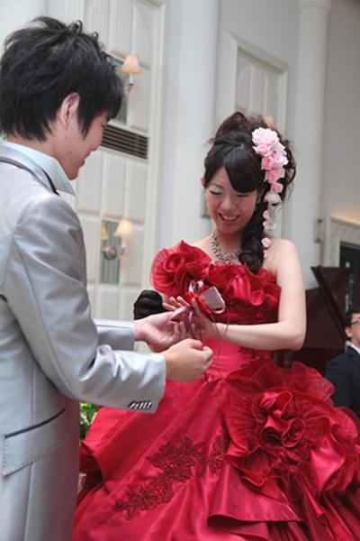 彼からのサプライズプレゼント!!ドレスと同じ赤いバラのリングでした☆