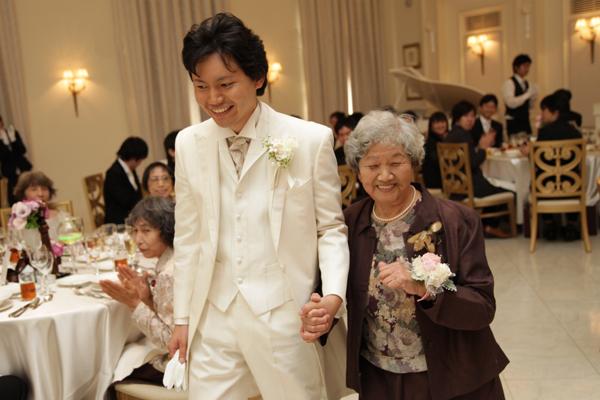 新郎 大好きなおばあちゃんと中座