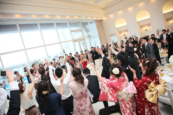 キャンドルを吹き消したのと同時に始まったのは、ゴスペルシンガー。会場は大盛り上がり!みんなで席をたって歌ったり踊ったり!