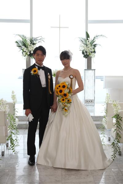 お色直しはこだわりの黒のタキシードと白のウエディングドレスです。