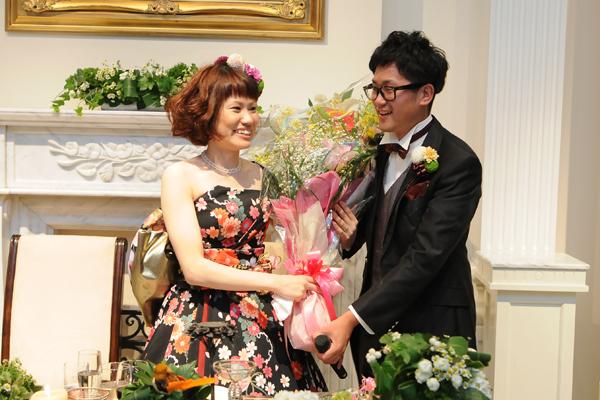 新婦に内緒で愛を込めて特大の花束を!