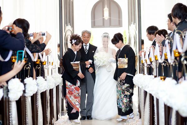 挙式は人前式。新婦の入場は家族と一緒に。新郎からのサプライズプレゼント。