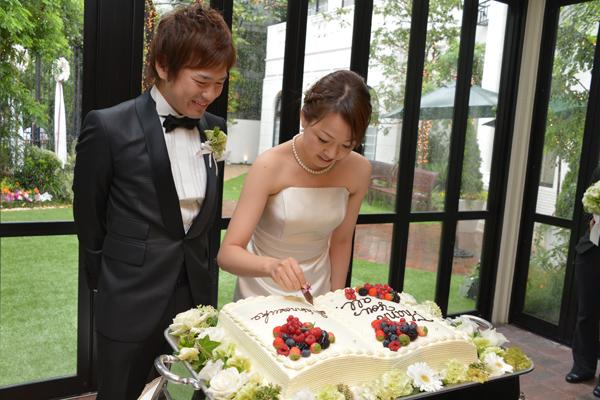 ケーキ入刀の代わりに、ケーキにチョコペンで署名しました。