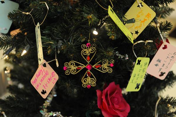 ロビーにクリスマスツリー。みんなのメッセージで飾り付け。