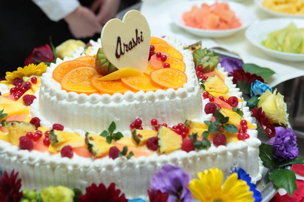ウェディングケーキのプレートにも「Arashi」と入れました