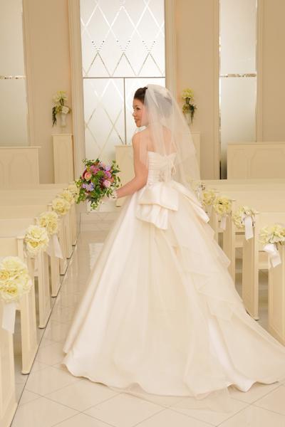 新婦お気に入りのウェディングドレスは、ドレスの形が変えられる仕様。式と披露宴で形が変わったのに気づきましたか?