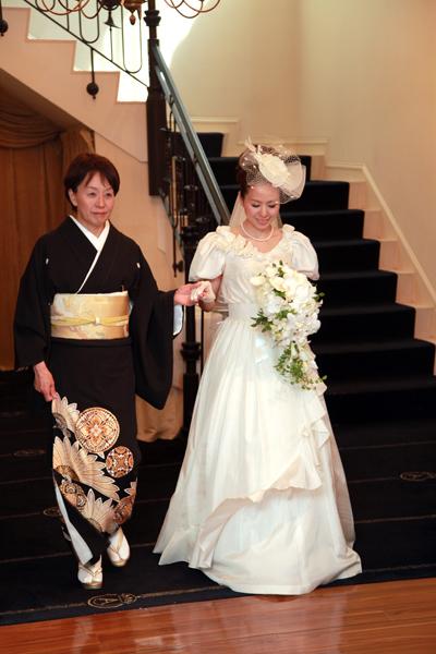 お色直しは母が結婚式で着たウェディングドレスで母と入場。会場とドレスのクラシック感がぴったり☆