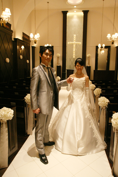 ウェディングドレス・タキシードに着替えてチャペルにて記念写真