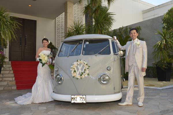 エントランスには愛車の「ワーゲンバス」をハワイ風にディスプレイして皆様をお出迎え