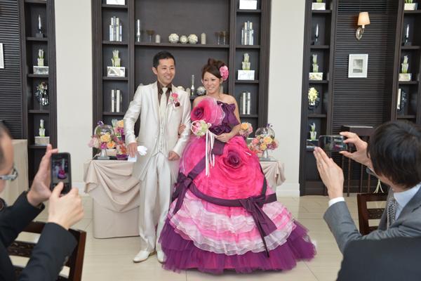 新婦が一目惚れしたピンクの花とリボンがデザインされた素敵なドレスでお色直し!