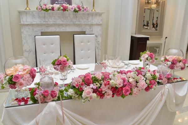ピンク系の花で統一した、かわいいメインテーブル!!