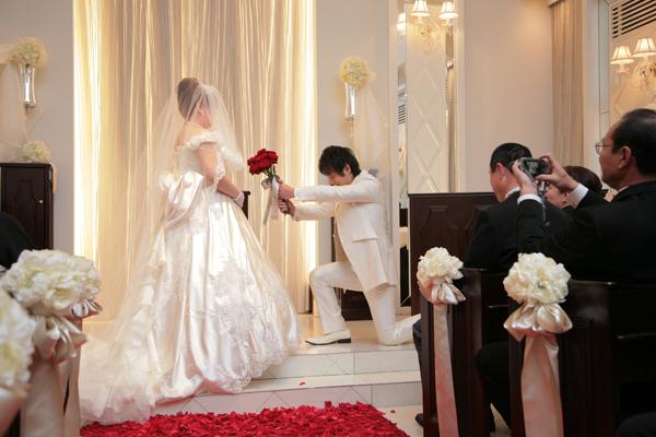 挙式入場で行ったダーズンローズセレモニーの後には新郎からのプロポーズ!!