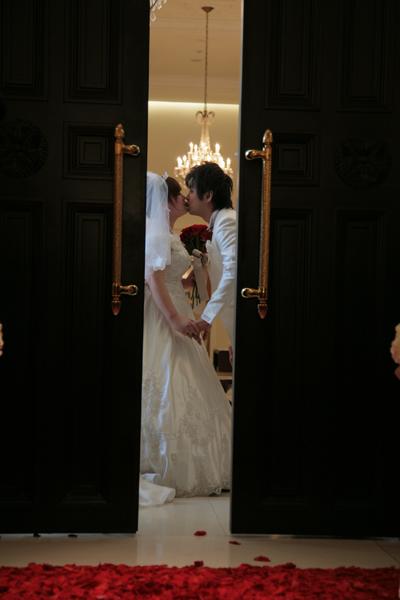 挙式退場時には、閉まりかける扉越しにKISS
