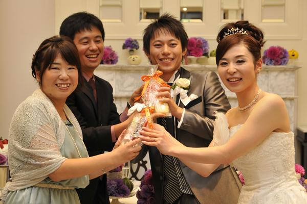 2人のキューピッド、田口夫妻にキューピーグッズをプレゼント