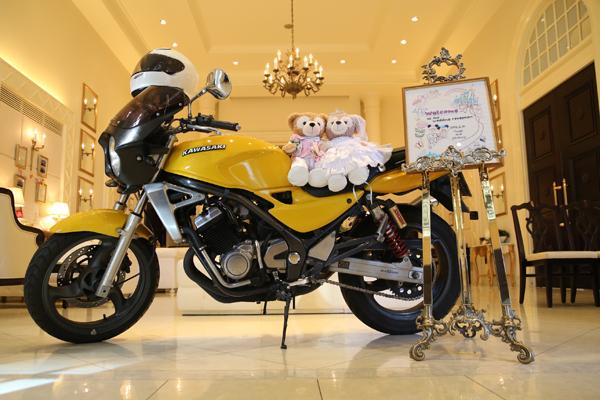 友人手作りの刺繍ウェルカムボード&ダッフィー&バイクで、ゲストをお出迎え