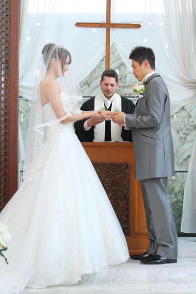新郎まさかの指骨折の為、急遽お花の指輪で指輪交換!!