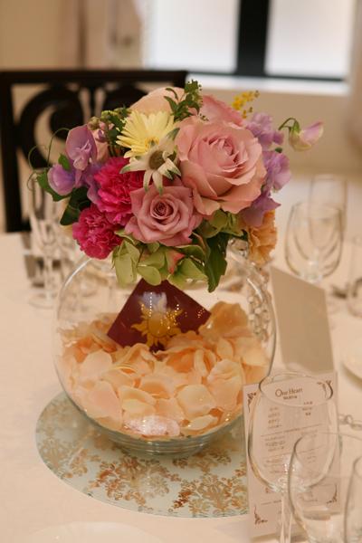 ゲストテーブルの装花にも、ラプンツェルの国旗を入れて。お花も可愛い★