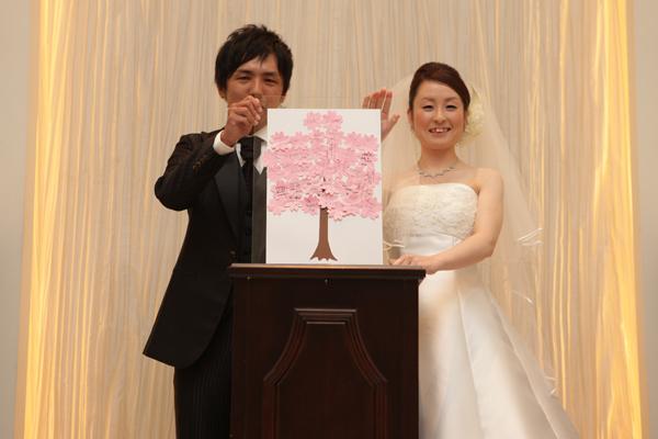 人前式は春をテーマに。桜の花びらをかたどったカードに皆様からお祝いメッセージをいただきました。