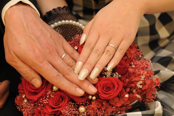 新婦母の手作りブーケと交換したばかりの指輪と共に・・・
