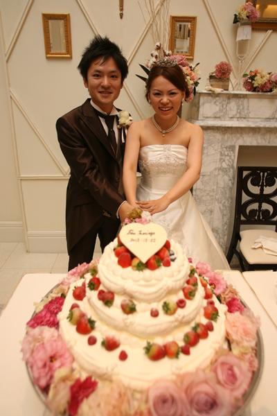 ケーキ入刀。想像より可愛いケーキとお花に大満足です!