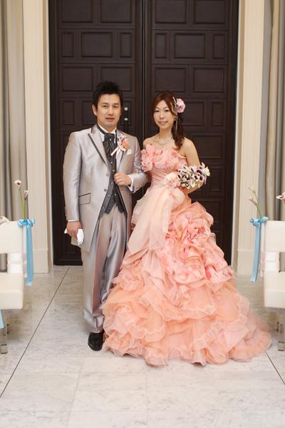 サーモンピンクのドレスは新郎と2人の母が選んでくれました。