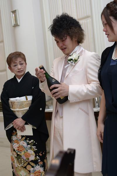 新郎の亡き父が、「二十歳になったら一緒に飲もう」と生まれたときに買っていたお酒が出てきて、母・妹と家族3人で飲んだあの瞬間。父の顔が浮かび、涙が止まりませんでした。