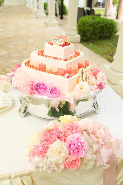 ピンクのクリーム&マイメロクッキー&ハートのマカロンのウエディングケーキ