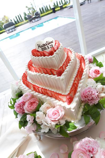 大好きないちごとハートのウェディングケーキ