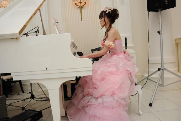 両親への感謝の手紙の後に、ピアノを奏でました。