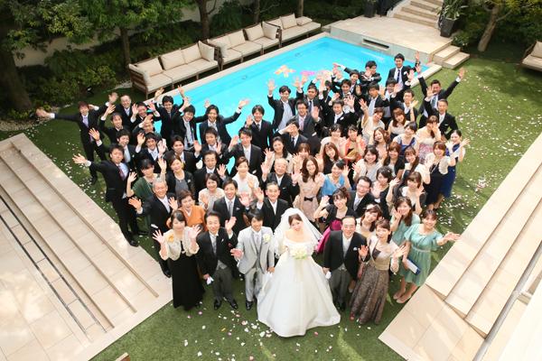 プールをバックにみんな笑顔で記念撮影.