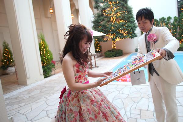 披露宴後、新郎からの誕生日サプライズプレゼント!ゲストみんなからメッセージをもらってくれてました