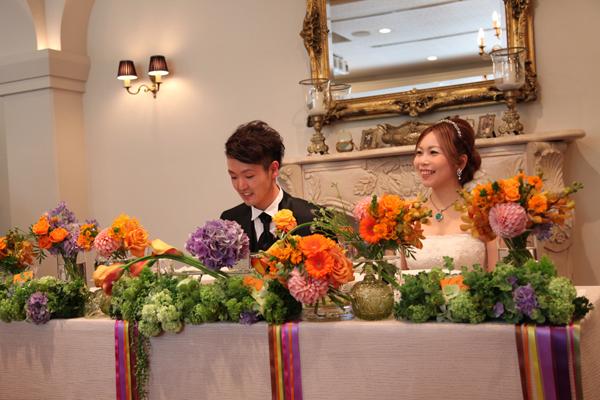 お花の配色とリボンにこだわったメインテーブル