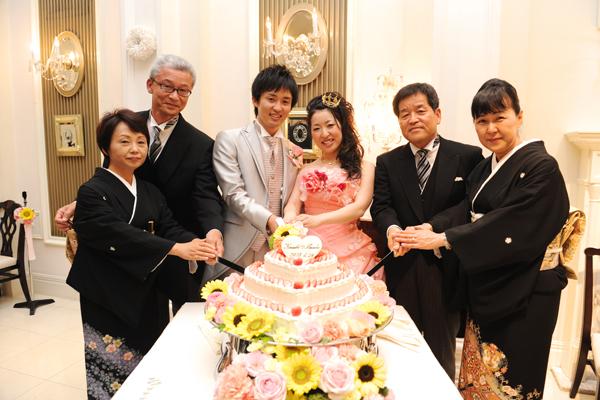 ケーキ入刀♪大好きな両親と一緒で幸せ3倍☆