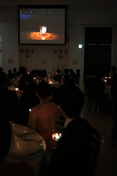 披露宴では手作りのオープニングムービー後、ゲスト全員のロウソク吹き消しと同時に入場しました!