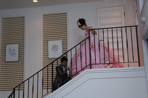 """""""けいし王子""""はやっと、階段の上にいる運命の人""""イクデレラ""""を見つけ出すことに成功!ゲストの歓声とともに入場し、司会者さんの「けいし王子に見つけてもらえたイクデレラは、よかったですね」の言葉で物語はおしまい☆"""