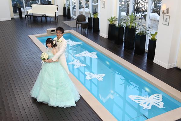 ブライダルフェアを予約したきっかけのプール。青い水面に白い蝶々が映えてとっても素敵な一枚。