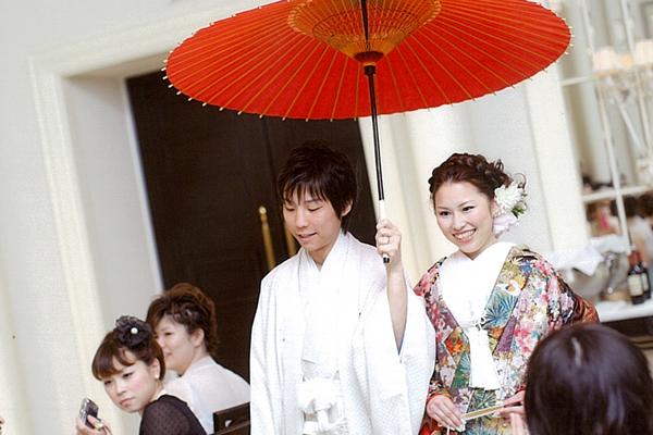 披露宴のスタートは和装で登場。番傘が好評でした!
